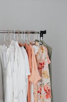 Kobiece ubrania wiszące na wieszaku