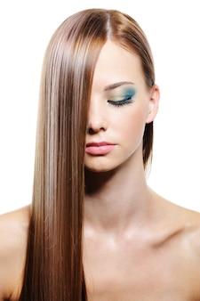 Kobiece włosy długie proste gładkie połysk na białym tle