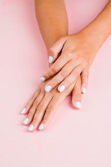 Kobiecy biały manicure