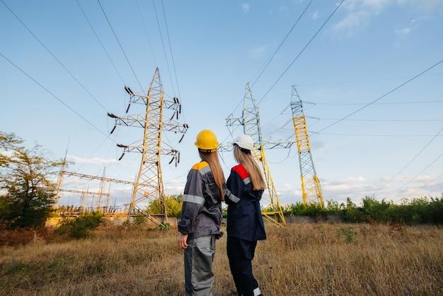 Kobiecy kolektyw pracowników energetycznych przeprowadza inspekcję urządzeń i linii energetycznych. energia.