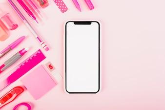 Kobiecy różowy zestaw papeterii i smartphone