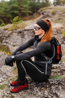 Kobiecy sportowy jogger z ukosa