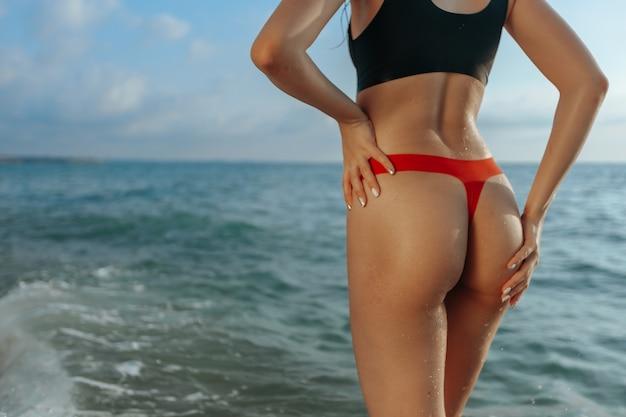 Kobiecy tyłek na plaży. zbliżenie