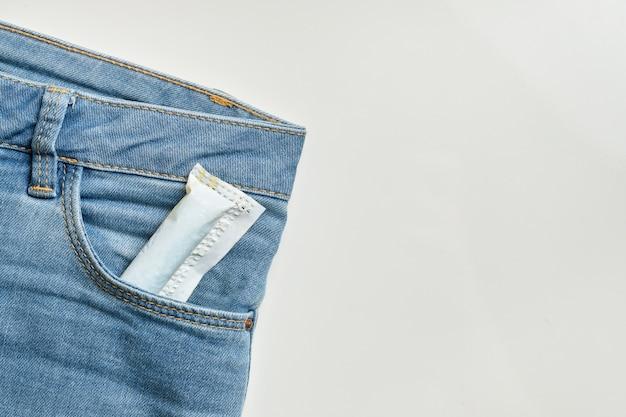 Kobiecy wacik w przedniej kieszeni dżinsów
