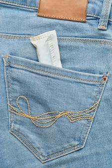 Kobiecy wacik w tylnej kieszeni dżinsów