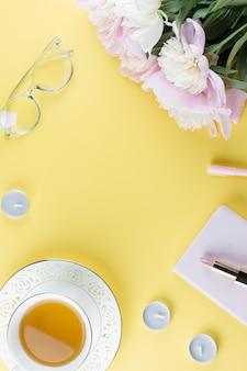Kobiet akcesoria na żółtym tle