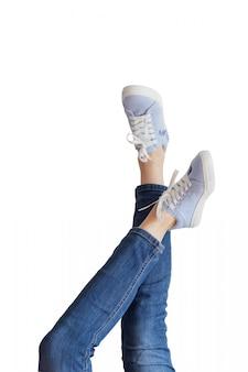 Kobiet nogi w niebieskich dżinsach