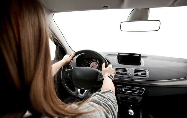 Kobiet ręki kierowca na kierownicie samochodu