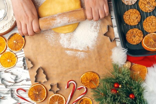 Kobiet ręki przygotowywa ciasto dla ciastek zamykają up