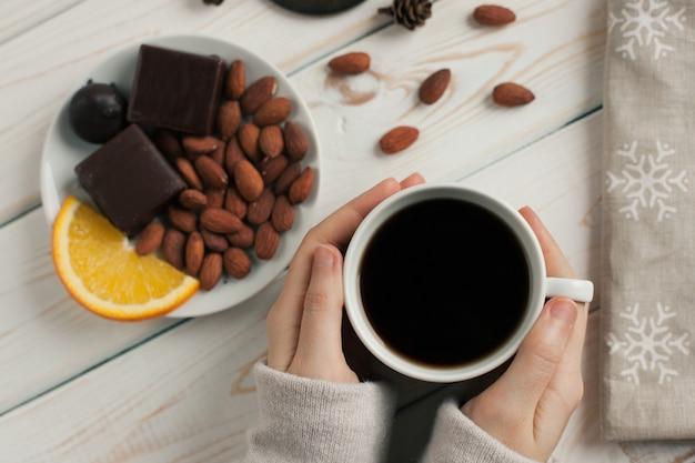Kobiet ręki trzyma filiżankę kawy.