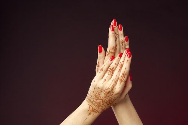 Kobiet ręki z mehndi