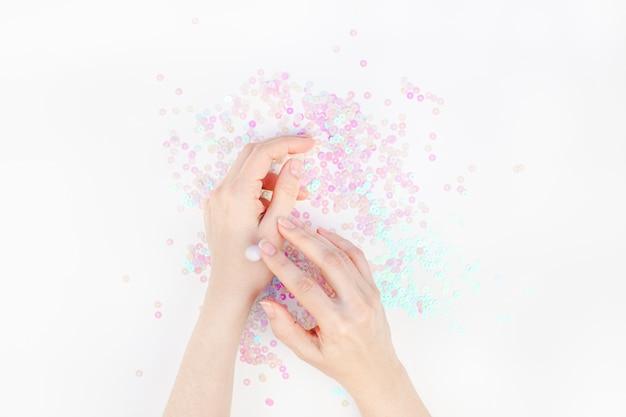 Kobiet ręki z śmietanką na biel perle