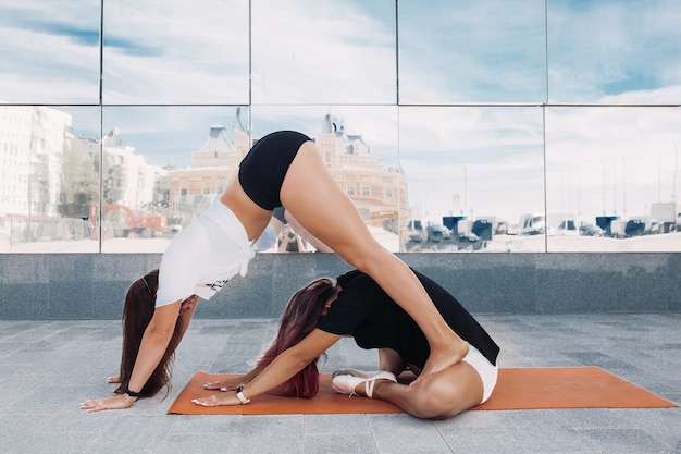 Kobiet-sportowców w treningu na świeżym powietrzu