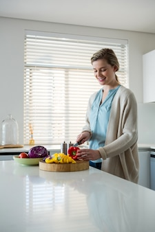 Kobiet tnący warzywa w kuchni