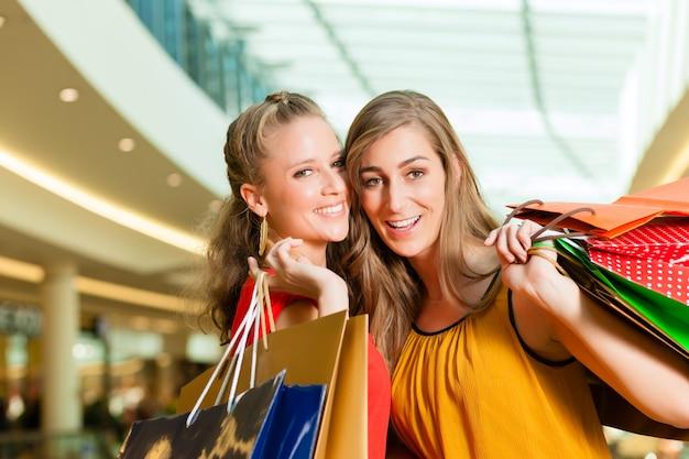 Kobiet zakupy z torbami w centrum handlowym