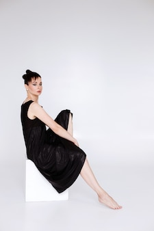 Kobieta 40 lat na białym tle w studio