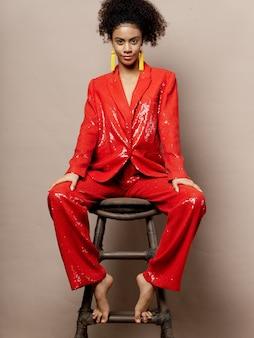 Kobieta afroamerykanów w błyszczące ubrania świąteczne mody