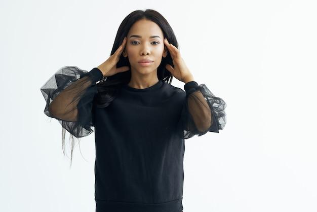 Kobieta afrykański wygląd ciemna kurtka model studio pozowanie