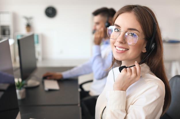 Kobieta agent wsparcia technicznego pracuje w biurze