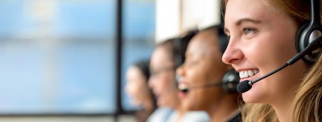 Kobieta agentów obsługi klienta pracuje w centrum telefonicznym