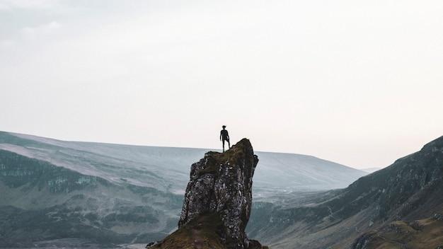 Kobieta alpinistka w quiraing na wyspie skye w szkocji