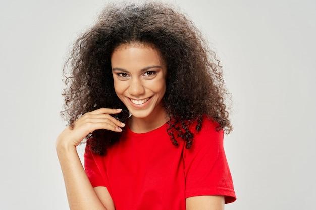 Kobieta amerykanina afrykańskiego pochodzenia w koszulce w studiu