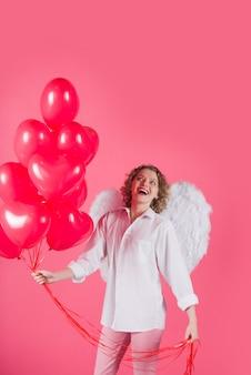 Kobieta amorek walentynki reklama amorek anioł kobieta z balonami amorek w walentynki kobieta