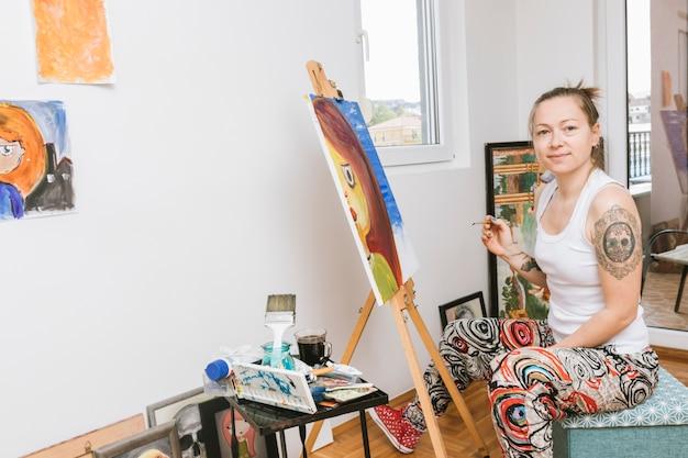 Kobieta artysta pracuje w studiu
