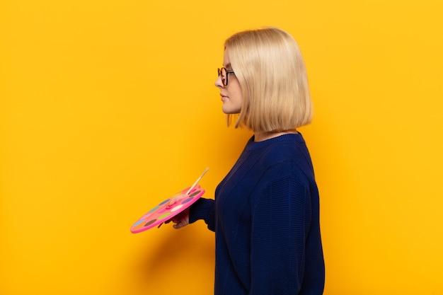 Kobieta artysta z paletą sztuki w widoku profilu, chce skopiować miejsce