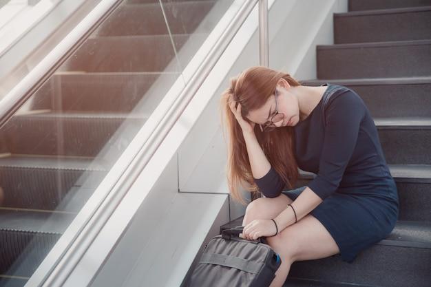 Kobieta asia stresowała się z pracy siedzącej na schodach na zewnątrz