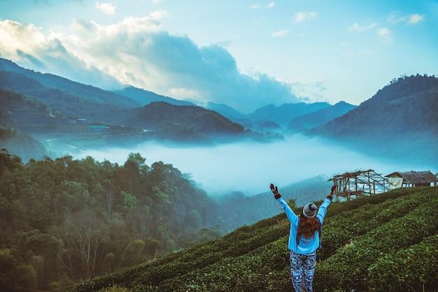 Kobieta, asian, podróż, natura. podróż się zrelaksować. naturalny park na moutain. tajlandia