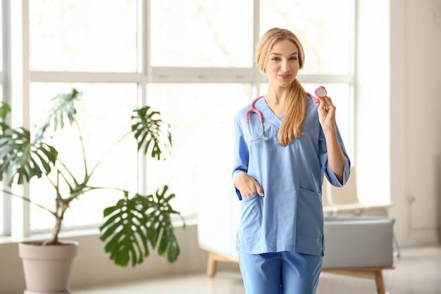 Kobieta asystent medyczny w klinice