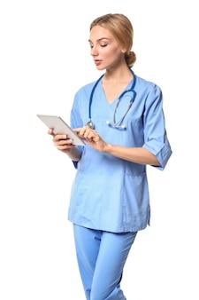 Kobieta asystent medyczny z komputerem typu tablet na białym