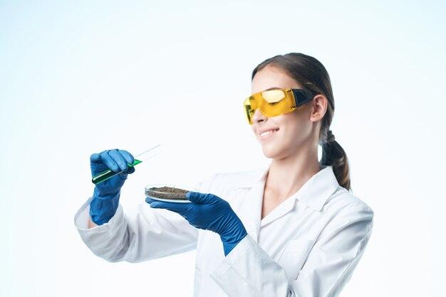 Kobieta asystentka laboratoryjna badania biotechnologia analiza nauka