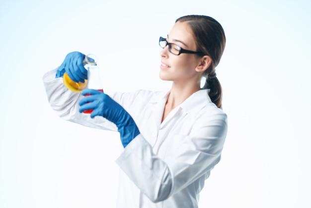 Kobieta asystentka laboratoryjna badanie roztworu chemicznego specjaliści biotechnologii