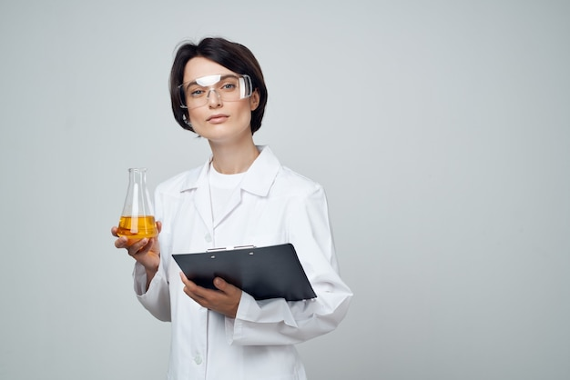 Kobieta asystentka laboratoryjna testowanie analizy badania naukowe