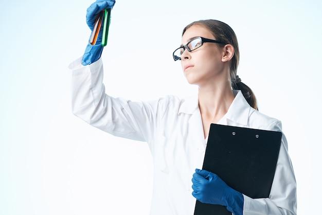Kobieta asystentka laboratoryjna w biotechnologii badań nad białym fartuchem chemicznym