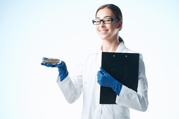Kobieta asystentka laboratoryjna w eksperymencie badawczym biologii białego fartucha