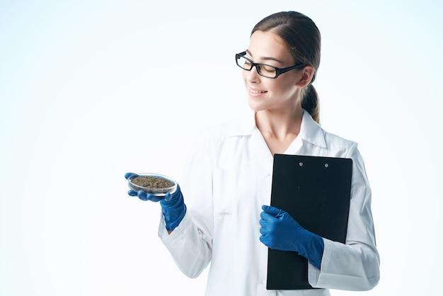 Kobieta asystentka laboratoryjna w profesjonalnym badaniu roztworu chemicznego białego fartucha