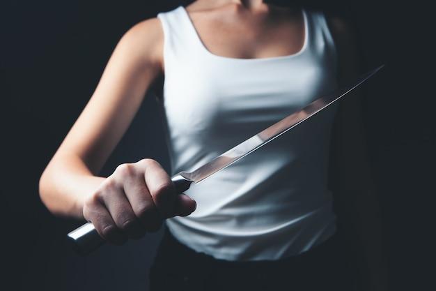 Kobieta atakuje nożem kuchennym