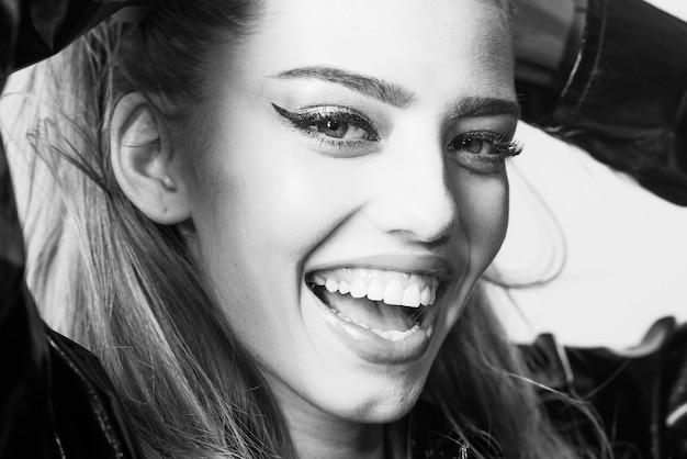Kobieta atrakcyjna na szczęśliwej twarzy