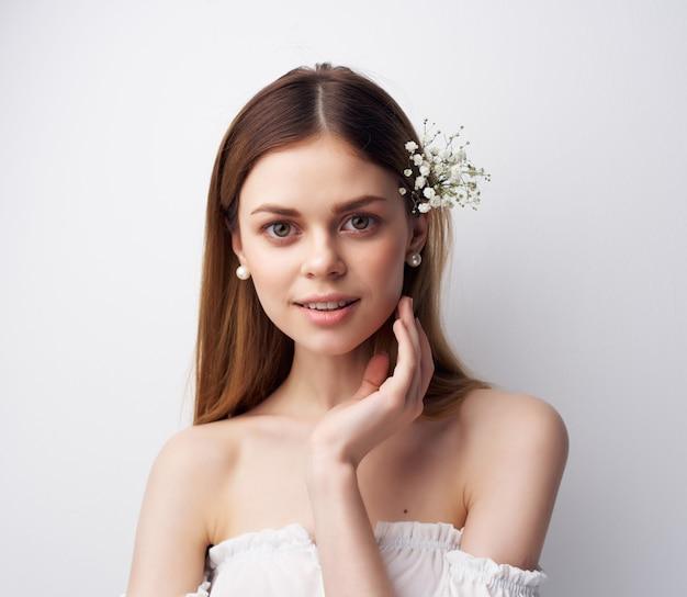 Kobieta atrakcyjnie wyglądające kwiaty we włosach w nowoczesnym stylu