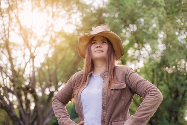 Kobieta azjata podróżować z światłem słonecznym.