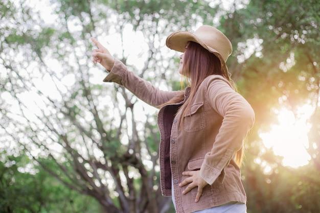 Kobieta azjata w lesie.