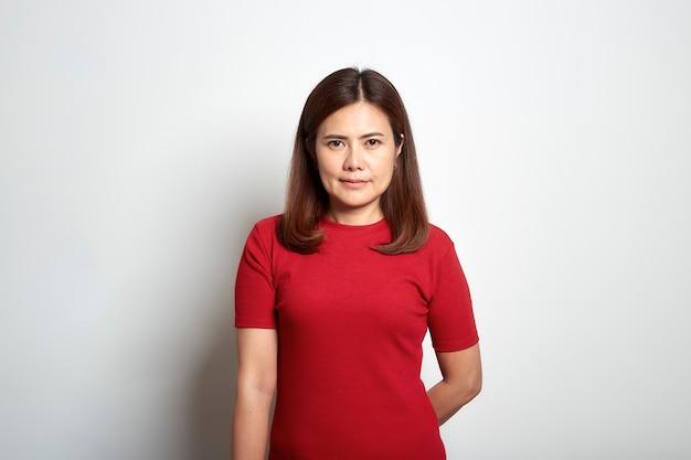 Kobieta azjatyckich krótkie brązowe włosy w czerwonej sukience