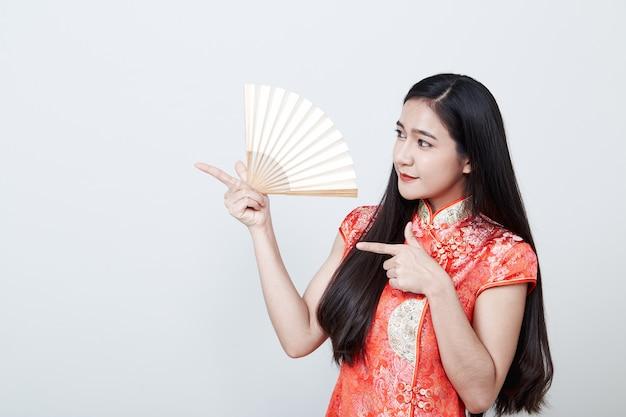 Kobieta azjatyckich na sobie czerwoną sukienkę w chińskim nowym roku