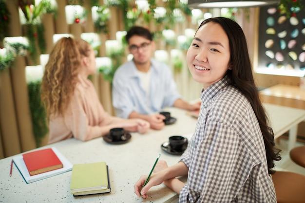 Kobieta azjatyckich studentów w kawiarni