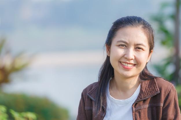 Kobieta azji uśmiecha się