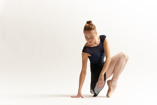 Kobieta baleriny rozciąga się w studio
