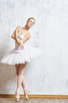 Kobieta baleriny tańczy w tutu i pointe buty